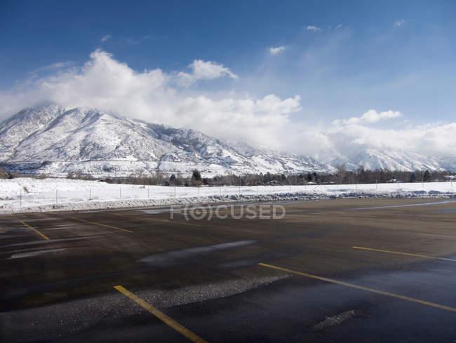 Leeren Parkplatz mit Schnee bedeckt Wasatch Mountains — Stockfoto