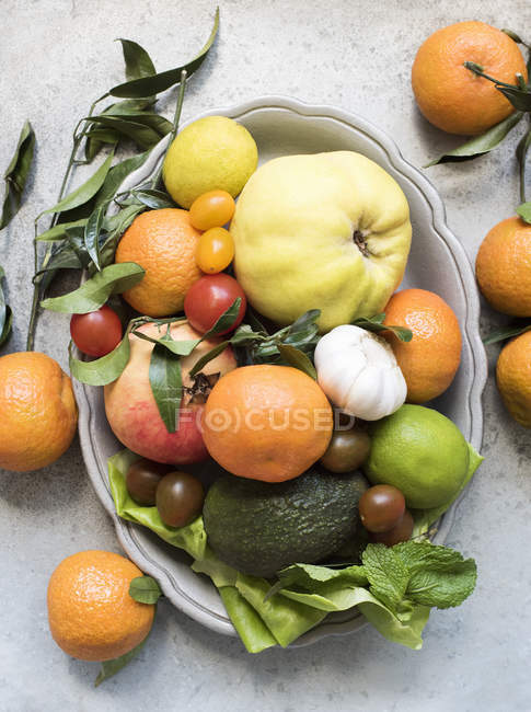 Vista superior de coloridas frutas y verduras en un plato - foto de stock
