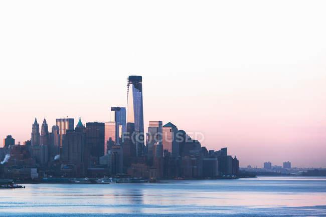 Manhattan Skyline und Waterfront in der Abenddämmerung — Stockfoto