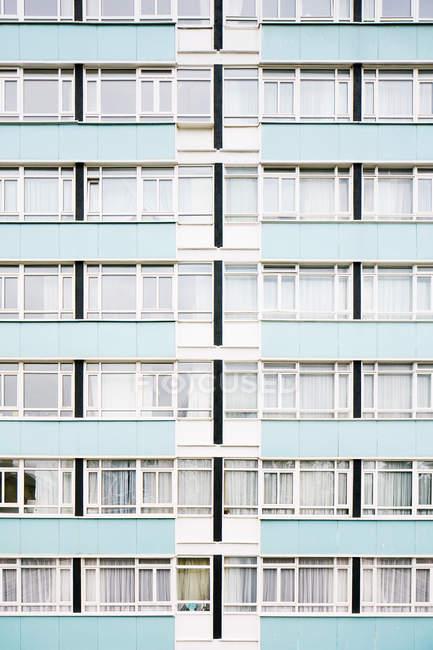 Синій кольорові висотних фасаду житлового будинку — стокове фото