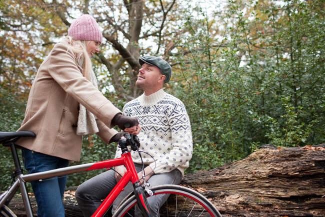 Пара в парк з велосипедом — стокове фото