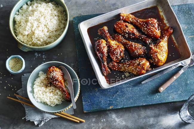 Липкі соєвого мед курячий з порції рису — стокове фото