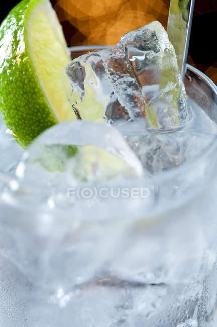 Getränke mit Eis und Kalk Scheibe — Stockfoto