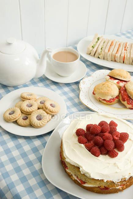 Tee mit Keksen und Kuchen — Stockfoto
