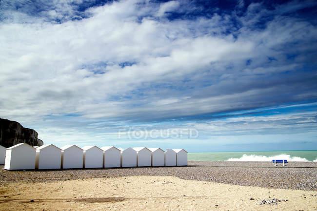 Weißen Strandhütten in Zeile — Stockfoto