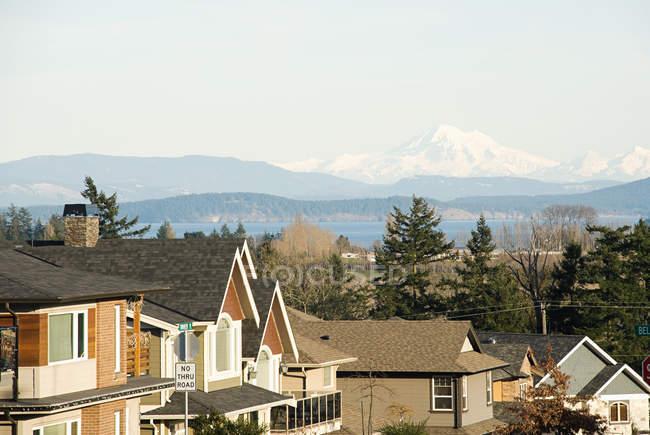 Suburban street and view of mountains — Stock Photo