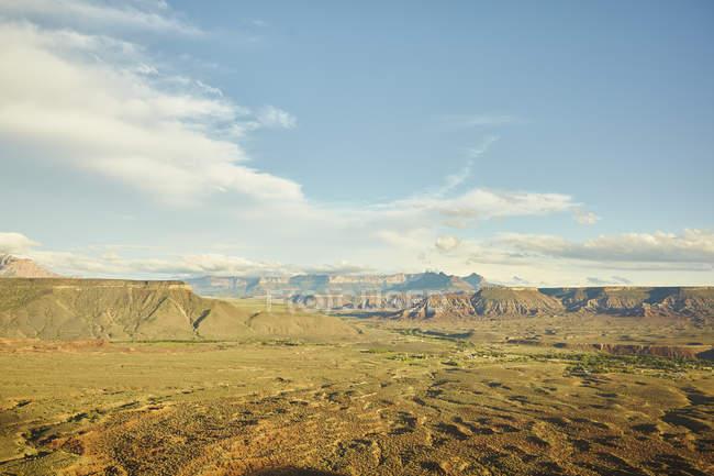 Аэрофотоснимок красивый пейзаж с долины и зеленые холмы в Virgin, штат Юта, США — стоковое фото