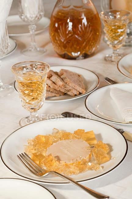 Фуа-гра та солодкі вина подаються на стіл — стокове фото