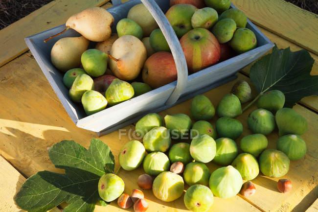 Cesta de maçãs frescas e peras — Fotografia de Stock