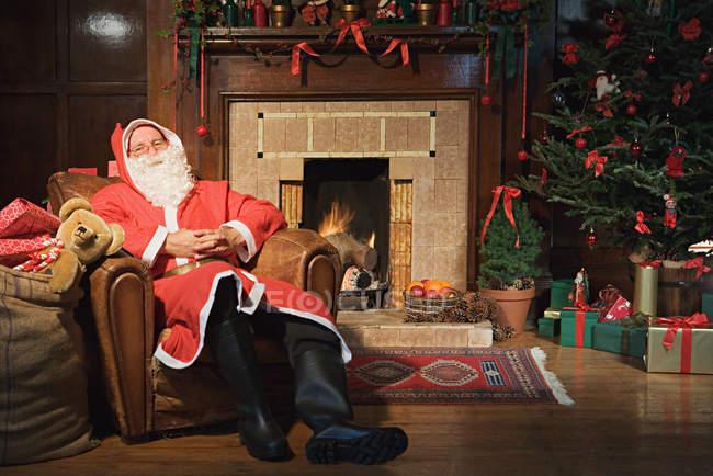 Père Noël reposant dans un fauteuil — Photo de stock