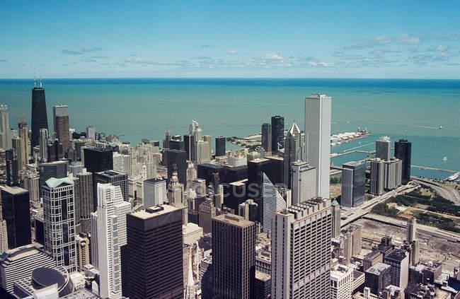 Чикаго хмарочосів та озера Мічиган при сонячному світлі — стокове фото