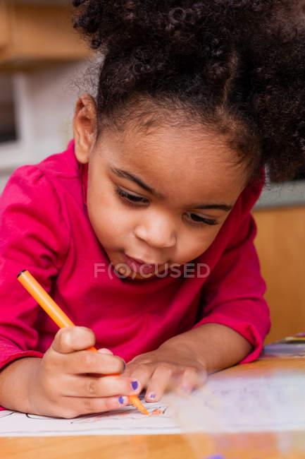 Дівчина малюнок з фломастери — стокове фото