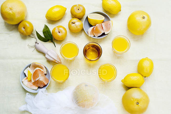 Top view of fruits with glasses of fresh juice — Stock Photo