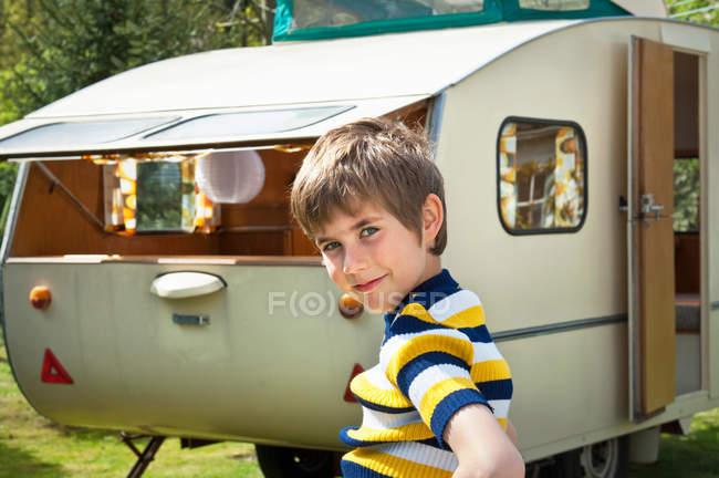 Портрет мальчика вне каравана — стоковое фото