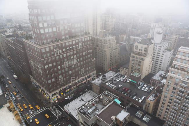 Paysage urbain à angle élevé dans la brume, New York, États-Unis — Photo de stock