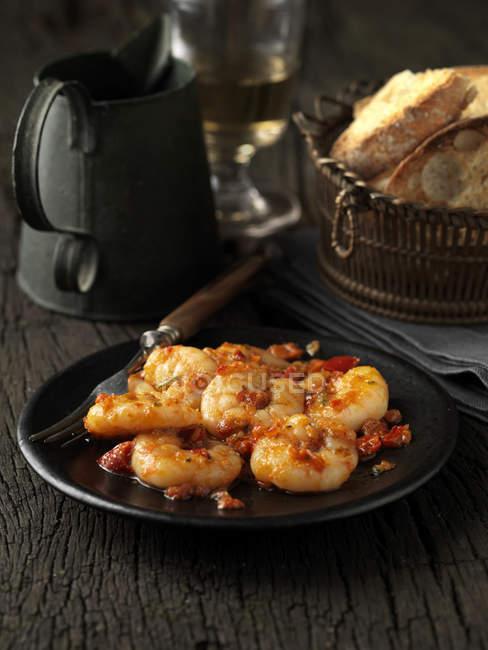 Nature morte de crevettes royales cuites sur plaque noire — Photo de stock