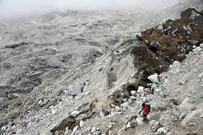 Trekker femminile discendente attraverso la morena del ghiacciaio Nguzumpa, Nepal — Foto stock