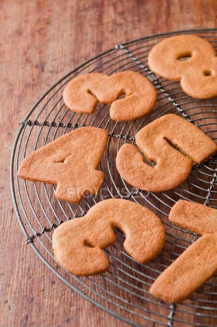 Печенье в число фигур на охлаждение стойки — стоковое фото