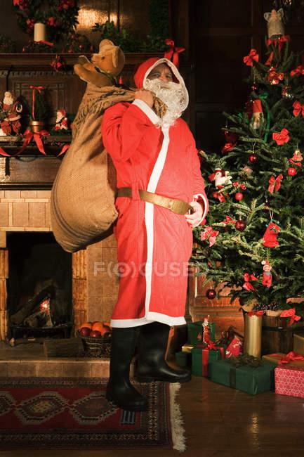 Santa Claude livrer des cadeaux — Photo de stock