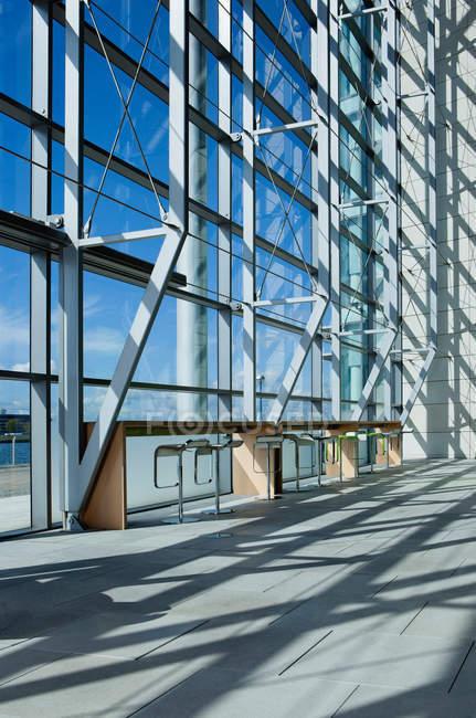 Стул и стол у окна в современном здании — стоковое фото