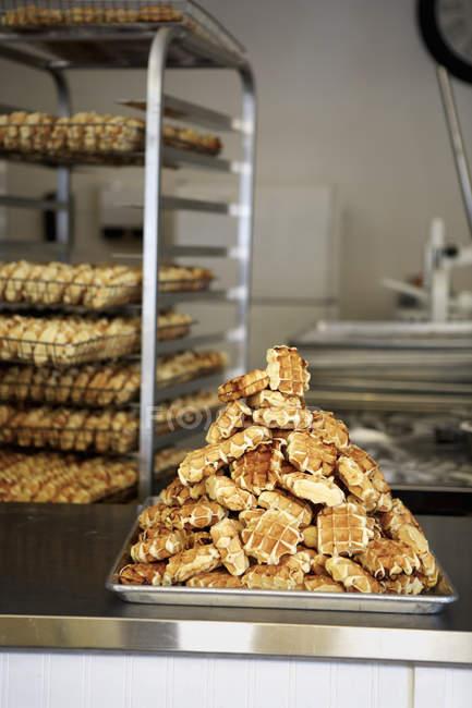 Стек вафли на выпечки лоток в пекарне — стоковое фото