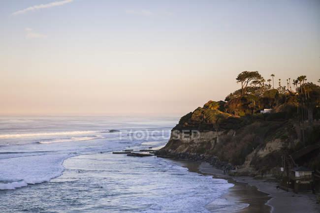 Підвищені видом на море та узбережжя в сутінках, Encinitas, Каліфорнія, США — стокове фото
