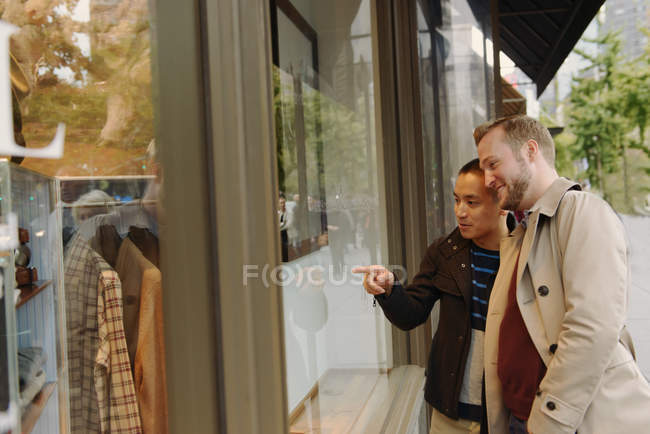 Lèche-vitrine gay couple — Photo de stock