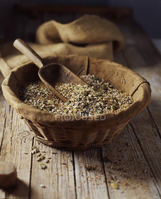 Bio mix di semi di lino, girasole, papavero e della zucca in ciotola di vimini — Foto stock