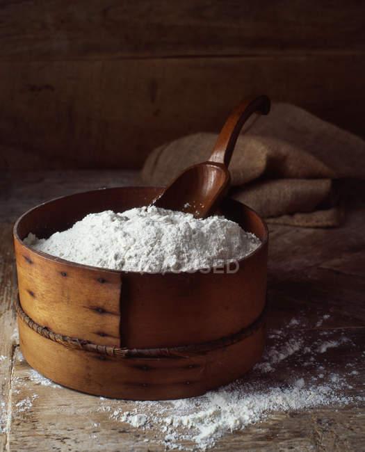 Ingredientes de padaria tradicional, farinha na mesa — Fotografia de Stock