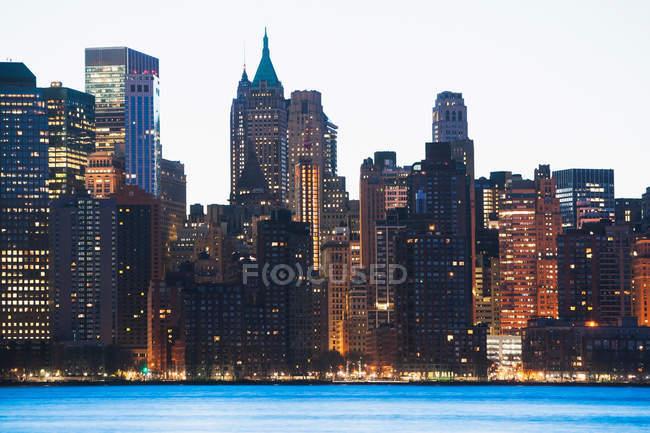 Manhattan Skyline in der Abenddämmerung — Stockfoto