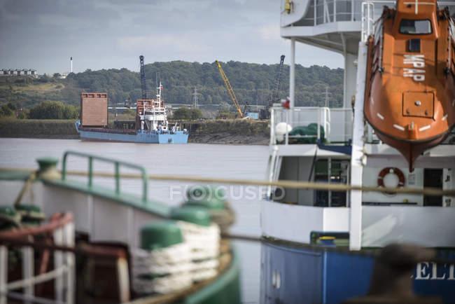 Piccola nave portarinfuse sul fiume — Foto stock