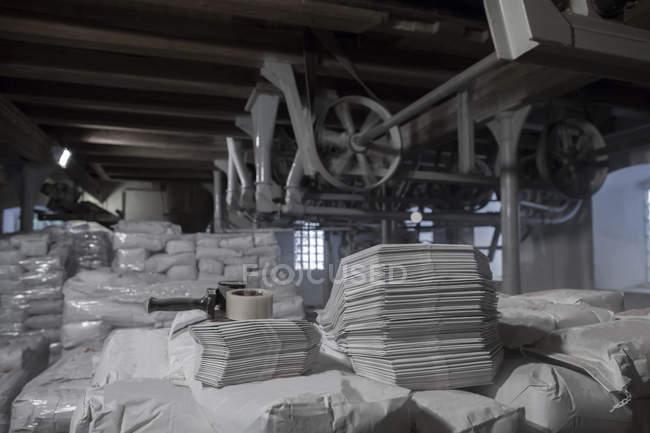 Fräsmaschinen und Stapel von Säcken in Weizen-Mühle — Stockfoto