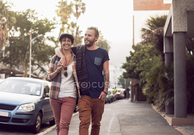 Couple strolling on street, Cape Town, South Africa — Stock Photo