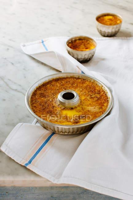 Свежий итальянский Флан десерты на мраморные кухонный стол — стоковое фото