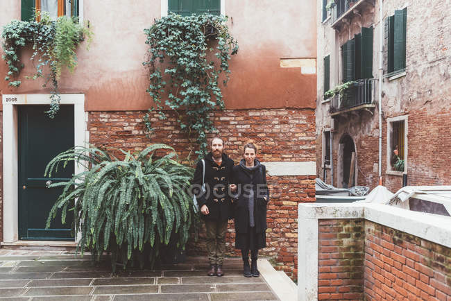 Portrait of couple in courtyard, Venice, Italy — Stock Photo