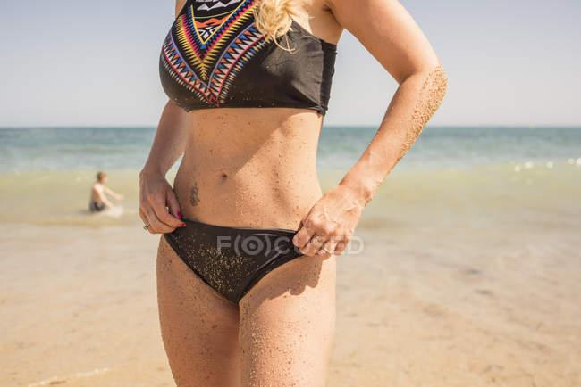 Розділ середині жінка в бікіні на пляжі, Altea, провінції Аліканте, Іспанія — стокове фото