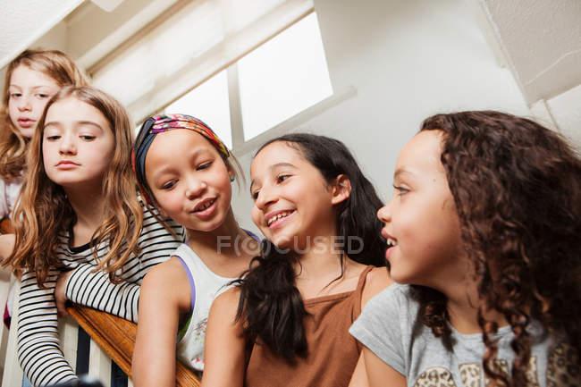 Les filles dans les escaliers à la maison avoir du plaisir — Photo de stock