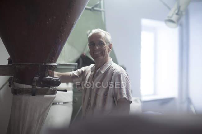 Porträt von männlichen Miller Überwachung Fräsmaschine bei Weizen-Mühle — Stockfoto