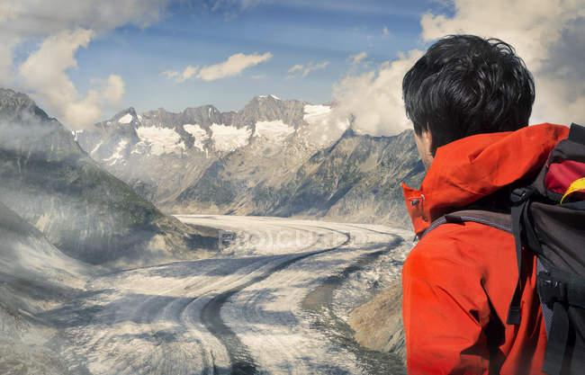 Scalatore solitario che si affaccia sul ghiacciaio Aletsch, Canton Wallis, Svizzera — Foto stock