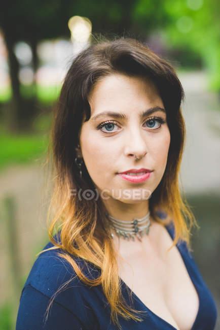 Bela jovem mulher com cabelo tingido de mergulho — Fotografia de Stock