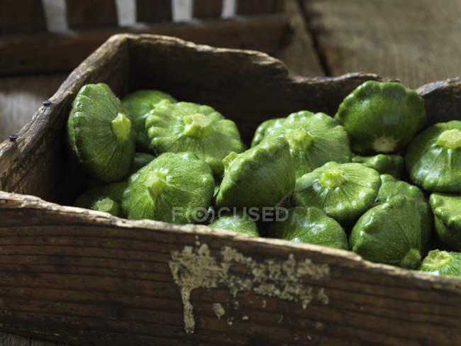 Verdura biologica fresca, zucca verde pattipan sulla cassa — Foto stock