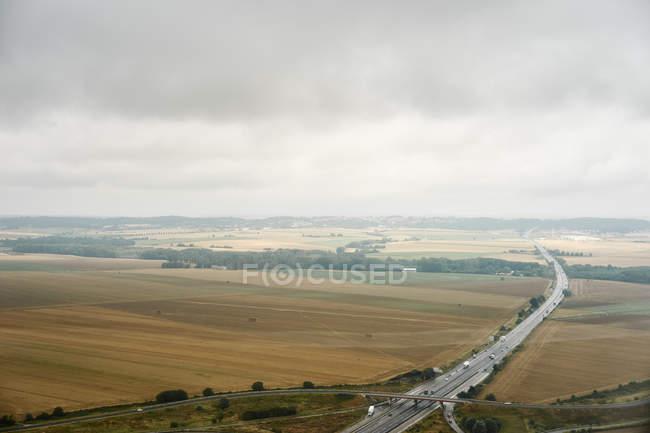 Auto-estrada através da paisagem rural, Clermont Ferrand, França — Fotografia de Stock