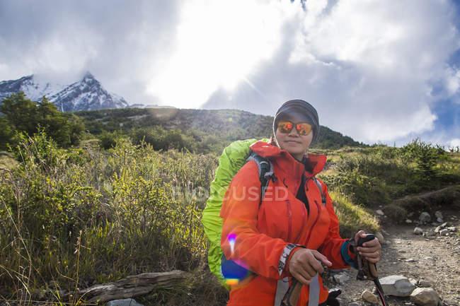 Mujer caminante en el camino hasta Torres del Paine Parque Nacional, Patagonia, Chile - foto de stock