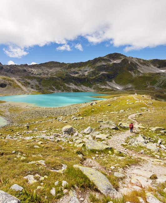 Viandante nel paesaggio di montagna, Davos, Svizzera — Foto stock