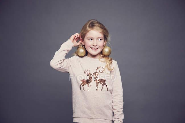 Portrait de jeune fille portant pull de Noël et boucles d'oreilles — Photo de stock
