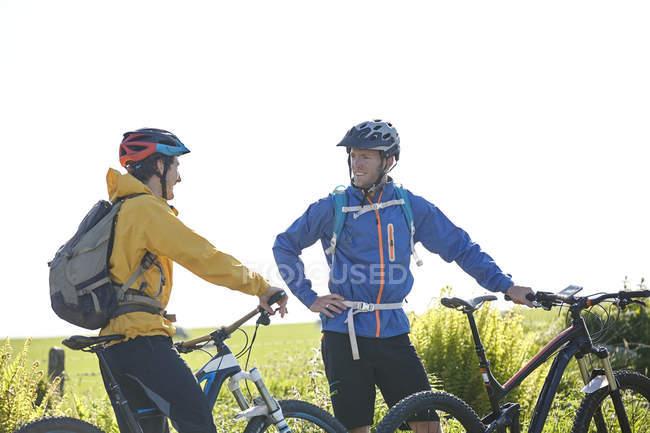 Велосипедисти проведення велосипеди в чаті — стокове фото