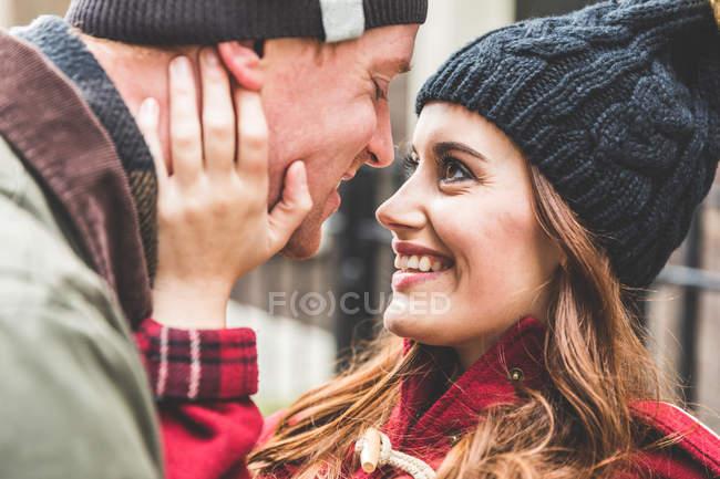 Casal abraçando e sorrindo ao ar livre — Fotografia de Stock