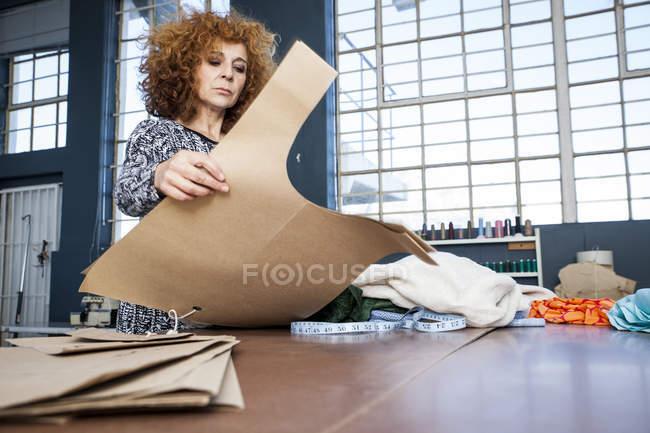 Maturo stilista di moda femminile preparare modello sul tavolo workshop — Foto stock