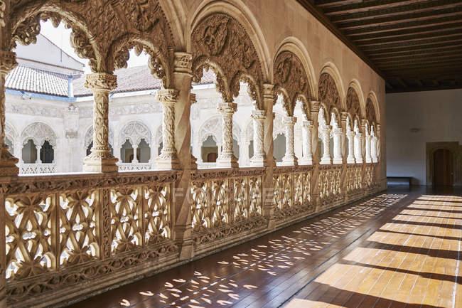 Balcón tallado en piedra alrededor del patio, Museo Nacional de Escultura, Valladolid, España - foto de stock