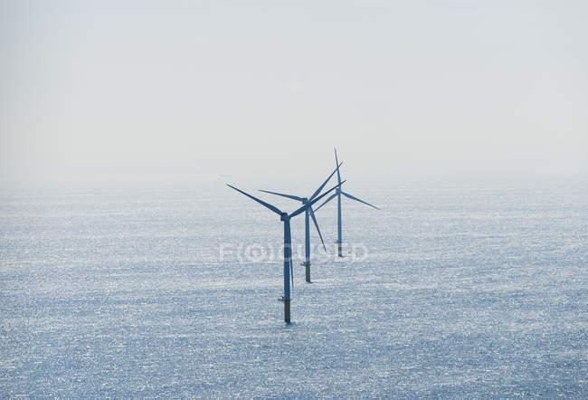 Mer avec les éoliennes en plein soleil — Photo de stock